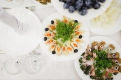 Tavola di buffet d'approvvigionamento con di servizio ristoro delizioso fotografia stock