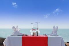 Tavola di cena accanto alla spiaggia Fotografie Stock