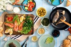 Tavola di cena con gamberetto, il pesce grigliato, l'insalata, gli spuntini e la birra Fotografie Stock Libere da Diritti
