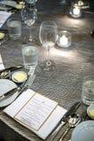 Tavola di cena piena di causa fotografia stock