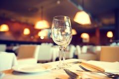 Tavola di cena servita in un ristorante Fotografia Stock