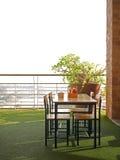 Tavola di cena vuota sulla cima di costruzione Fotografie Stock