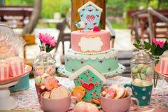 Tavola di compleanno con i dolci per il partito dei bambini Fotografie Stock