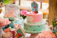 Tavola di compleanno con i dolci per il partito dei bambini Fotografia Stock