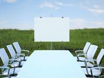 Tavola di conferenza con le sedie nel campo verde rappresentazione 3d Fotografia Stock Libera da Diritti