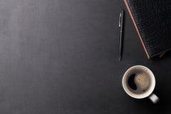 Tavola di cuoio dello scrittorio dell'ufficio con caffè e rifornimenti Immagine Stock