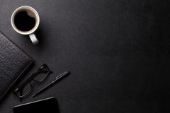 Tavola di cuoio dello scrittorio dell'ufficio con caffè e rifornimenti Fotografie Stock