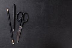 Tavola di cuoio dello scrittorio dell'ufficio con la penna, la matita e le forbici Fotografie Stock Libere da Diritti