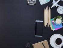 Tavola di cuoio nera dello scrittorio dell'ufficio con il supplemento dell'ufficio e dello smartphone Fotografia Stock