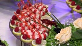 Tavola di festa con il gambero del pesce dei frutti di mare stock footage