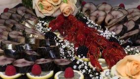 Tavola di festa con il gambero del pesce dei frutti di mare video d archivio