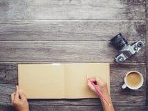 Tavola di funzionamento con la carta del taccuino Fotografie Stock Libere da Diritti