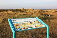 Tavola di informazioni in dune (Bureblinkert) all'isola di Ameland Fotografie Stock