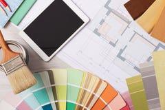 Tavola di lavoro del decoratore con gli strumenti Immagini Stock Libere da Diritti