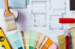 Tavola di lavoro del decoratore con gli strumenti fotografia stock libera da diritti