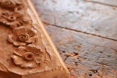 Tavola di lavoro di falegnameria di carpenteria con la scultura fotografia stock libera da diritti