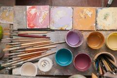 Tavola di lavoro di un decoratore ceramico in Caltagirone, Sicilia Fotografia Stock Libera da Diritti
