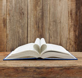 Tavola di legno aperta della parete della pagina di forma del cuore del libro Fotografie Stock Libere da Diritti
