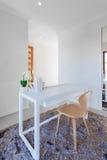 Tavola di legno bianca e sedia di legno leggera nella stanza moderna Fotografie Stock Libere da Diritti