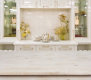 Tavola di legno candeggiata sul fondo bianco defocused della mobilia della cucina Fotografia Stock
