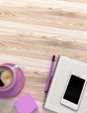 Tavola di legno con gli articoli per ufficio Immagini Stock Libere da Diritti