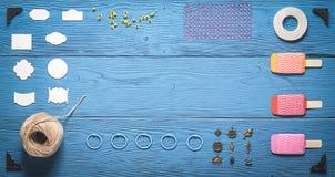 Tavola di legno con gli strumenti per scrapbooking Fotografia Stock