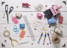 Tavola di legno con gli strumenti per scrapbooking Fotografie Stock