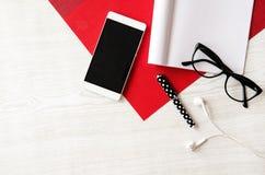 Tavola di legno con i vetri, telefono, cuffie, nota Immagine Stock Libera da Diritti