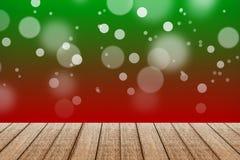 Tavola di legno con il fondo di colore rosso e verde con bokeh Fotografia Stock