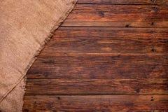 Tavola di legno con il fondo di struttura della tela da imballaggio Fotografia Stock