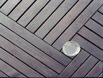 Tavola di legno con il modello asimmetrico Sulla tavola c'è un portacenere vuoto fotografia stock libera da diritti