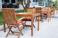 Tavola di legno con la sedia nel giardino Immagini Stock