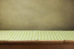 Tavola di legno con la tovaglia verde controllata fotografia stock libera da diritti