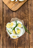 Tavola di legno con le uova divise in due Fotografia Stock Libera da Diritti