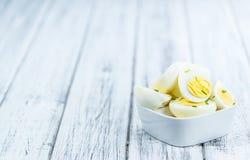 Tavola di legno con le uova divise in due Fotografia Stock