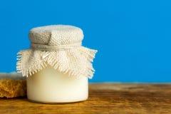 Tavola di legno del barattolo naturale del latte Immagini Stock Libere da Diritti