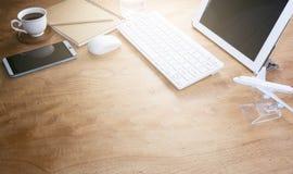Tavola di legno della scrivania del posto di lavoro e dell'oggetto business di affari Immagini Stock