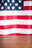 Tavola di legno e bandiera degli S.U.A. Immagine Stock