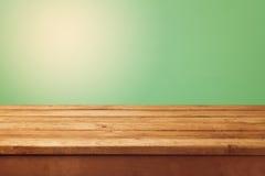 Tavola di legno e fondo verde per l'esposizione del montaggio del prodotto Immagini Stock