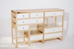 Tavola di legno fatta a mano con i cassetti su fondo bianco fotografie stock