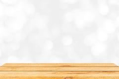 Tavola di legno marrone vuota e fondo interno della sfuocatura con l'immagine del bokeh, per il montaggio dell'esposizione del pr Fotografia Stock Libera da Diritti