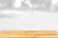 Tavola di legno marrone vuota e fondo interno della sfuocatura con l'immagine del bokeh, per il montaggio dell'esposizione del pr Immagini Stock Libere da Diritti