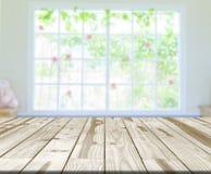 Tavola di legno per i prodotti dell'esposizione Immagini Stock