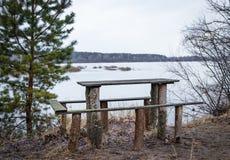 Tavola di legno per ricreazione all'aperto sulla sponda del fiume in primavera a marzo, aspettante gli ospiti immagine stock libera da diritti