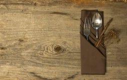 Tavola di legno rustica con argenteria fotografie stock
