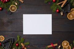 Tavola di legno rustica scura flatlay - chiaro fondo di Natale delle carte di nota con la struttura del ramo dell'abete e della d immagini stock