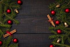 Tavola di legno rustica scura flatlay - fondo di Natale con la struttura del ramo dell'abete e della decorazione Vista superiore  immagini stock