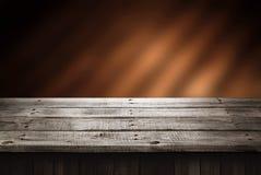 Tavola di legno scura, fondo di prospettiva per il presente del prodotto Immagine Stock Libera da Diritti