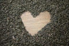 Tavola di legno di simbolo del cuore del tè nero nessuno immagini stock libere da diritti