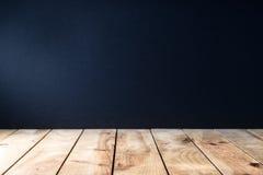 Tavola di legno strutturata con fondo nero Immagini Stock Libere da Diritti